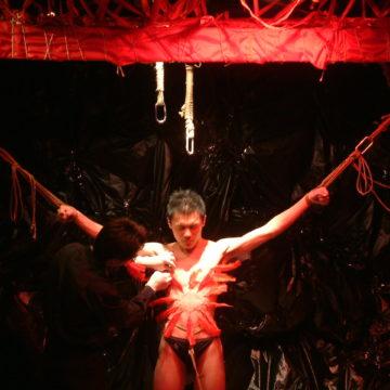 《夜色绳艳》剧照,细针穿刺表演。摄于 2005 年 4 月。摄影:董篱。