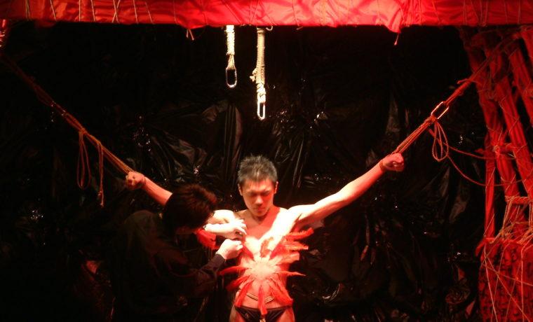 《夜色繩艷》劇照,細針穿刺表演。攝於 2005 年 4 月。攝影:董籬。